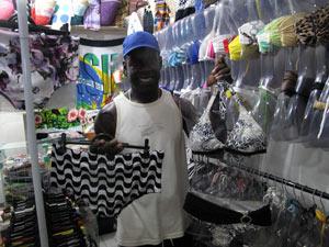 Comerciante presentearia Obama com sunga de estampa do calçadão da Praia de Copacabana (Foto: Tássia Thum/G1)