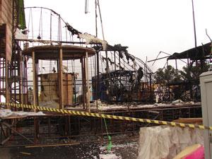 Carro da Vila Maria também foi atingido durante incêndio (Foto: Roberta Steganha/ G1)