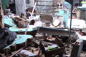 Parte de um barracão desabou no bairro Emília. (Foto: Bombeiros de Sete Lagoas)