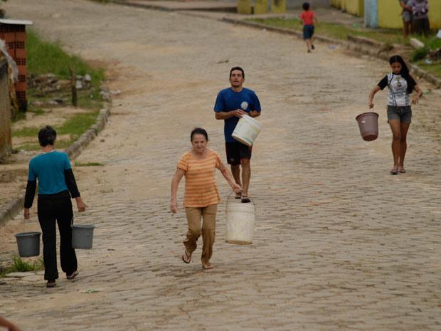 Erivalda corre para buscar água em caminhão pipa (Foto: Vi)