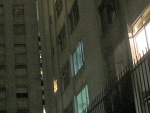 Apartamento foi atingido por fogo (Foto: Reprodução/TV Globo)