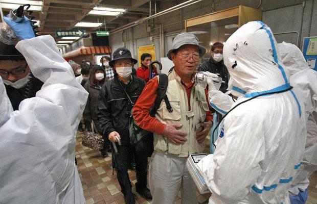 Deslocado é analisado para radiação na cidade de Koriyama (Foto: Wally Santana/AP)