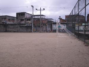 Praça José de Arimatéia tem uma quadra de futebol e uma pequena quadra (Foto: Tássia Thum/G1)