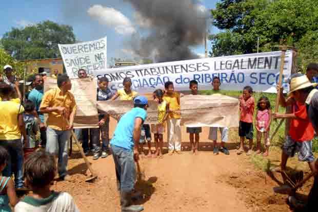 Agricultores fecharam estrada durante protesto na Bahia (Foto: Luiz Tito/Agência A Tarde/AE)