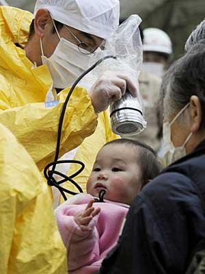 Criança passa por teste de contaminação por radioatividade no Japão. (Foto: Reuters)