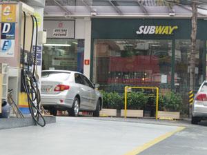 Loja aberta em posto de gasolina em São Paulo (Foto: Darlan Alvarenga/G1)