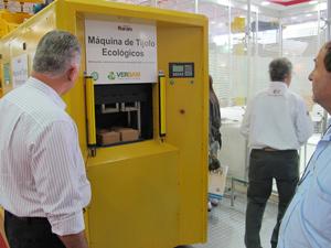máquina tijolo ecológico (Foto: Maria Angélica Oliveira/G1)