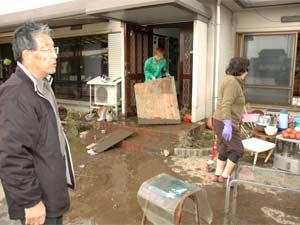 Família Hara avalia estragos provocados por tsunami (Foto: Ewerthon Tobace / BBC Brasil )