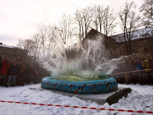 Darren Taylor usa técnica para diminuir impacto na água. (Foto: Barcroft USA/Getty Images)