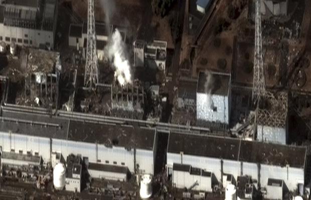 Foto de satélite feita nesta quarta-feira (16) pela DigitalGlobe mostra a usina de Fukushima Daiichi. Vapor pode ser visto saíndo dos reatores 2 e 3. Também podem ser vistos danos nos reatores 1 e 4 e em outros prédios. (Foto: AP)