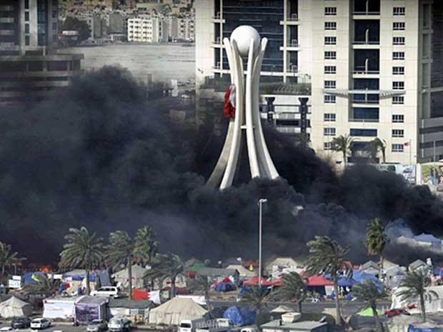 Coluna de fumaça preta cobrem a Praça da Pérola, em Manama, capital do Bahrein, depois que policiais e manifestantes entrarma em confronto. (Foto: Joseph Eid / AFP Photo)