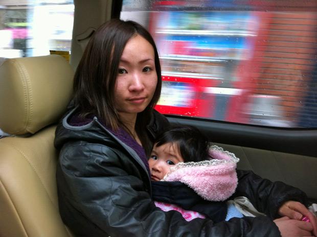 Lúcia Tieko Ogura Sato, de 27 anos, e a filha Nanami Sato, de 7 mese, está aliviada por deixar Fukushima. (Foto: Walter Saito / Divulgação)