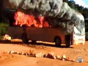 Operários de usina ateiam fogo em ônibus (Foto: Reprodução/TV Rondônia)