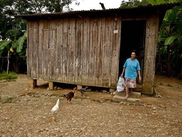 Julia Cordeiro abandonou a casa onde mora e saiu só com uma sacolinha de roupas (Foto: Vinícius Sgarbe/ G1 PR)