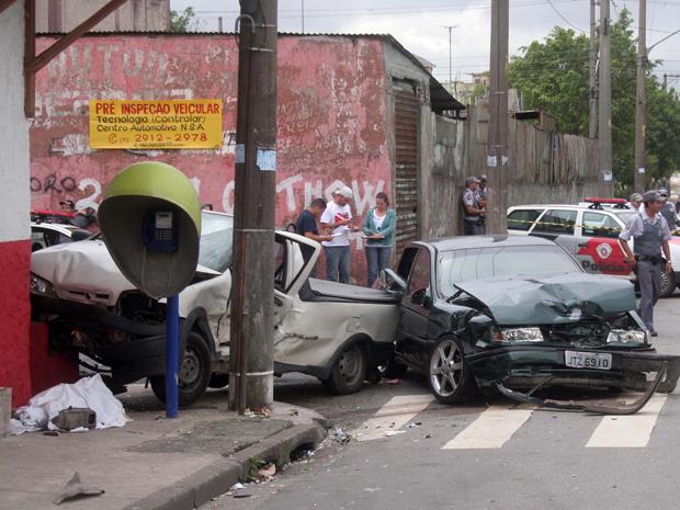 Os carros envolvidos no atropelamento causavam a interdição total da rua por volta das 11h20 (Foto: Paulo de Souza / ABCDigipress/Agência Estado)