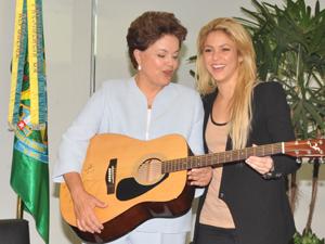 Presidente Dilma recebeu um violão da cantora Shakira nesta quinta-feira (17) (Foto: Valter Campanato/ABr)