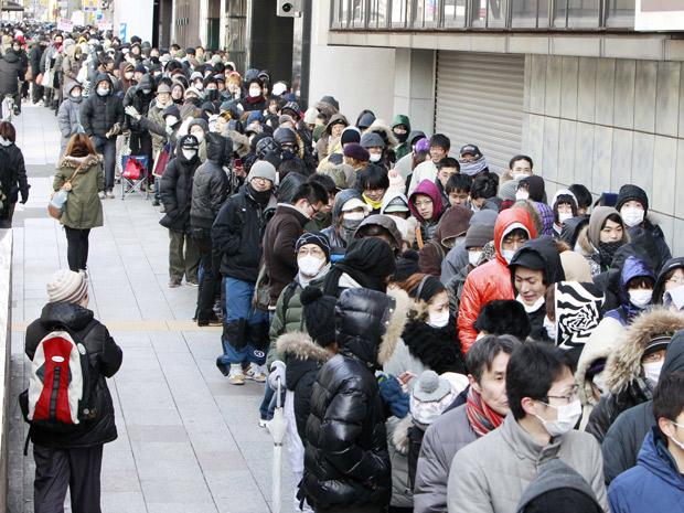 População faz fila para comprar mantimentos em supermercado de Sendai. (Foto: Mark Baker / AP)