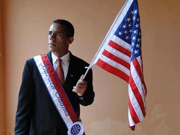 Gerson de Almeida, o Obama mineiro, ostenta faixa presidencial e bandeira americana. (Foto: Alex Arújo/G1)