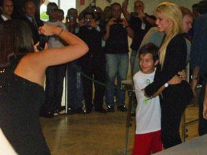 Shakira posa para foto com criança no Palácio do Planalto (Foto: Lisiane Cardoso / CBN)