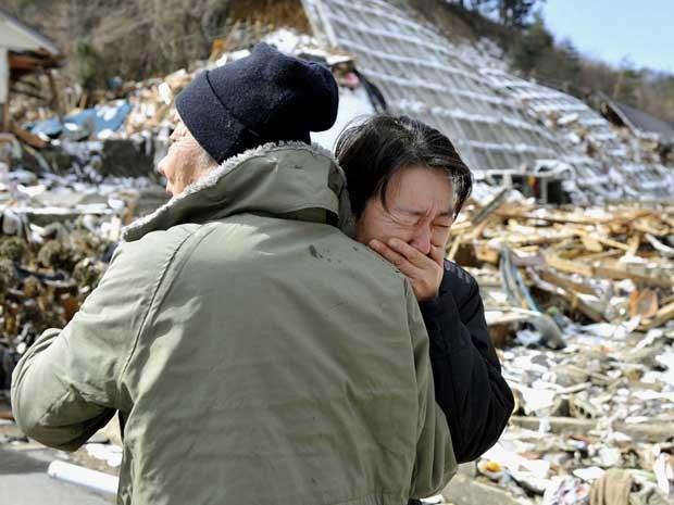 Mulher chora após o corpo de sua mãe ser encontrado em área devastada em Onagawa, Miyagi. (Foto: Kyodo / Reuters)