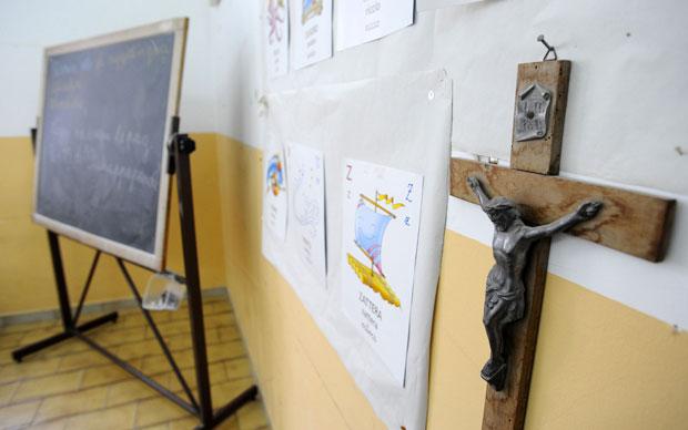 Crucifixo em sala de aula de escola pública de Nápoles, na Itália