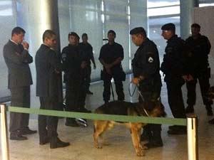Policiais com cão farejador fazem varredura no Palácio do Planalto para a visita de Barack Obama, neste sábado (Foto: Nathalia Passarinho/G1)