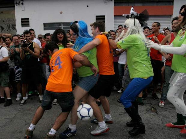 Jogadoras enfrentam equipe de boate (Foto: Divulgação/Blue Space)