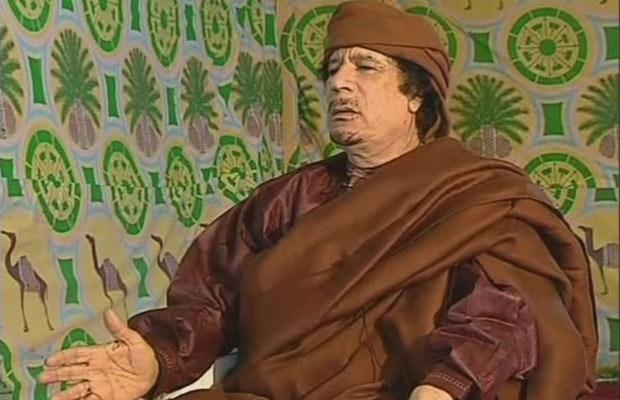 Imagem da rede portuguesa mostra Kadhafi nesta quinta, em  Trípoli (Foto: AP)