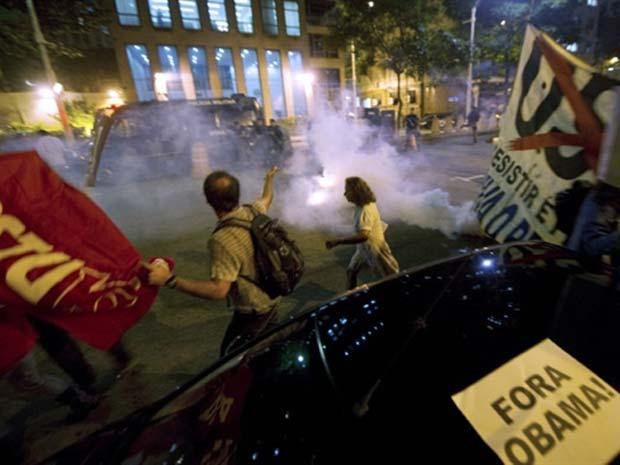 Polícia reprime manisfestantes em protesto contra Obama no Rio (Foto: Antonio Scorza/AFP)