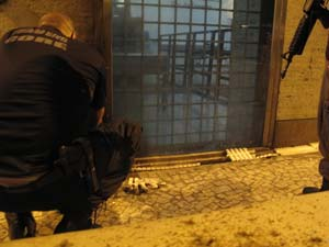 Polícia faz perícia no entorno do consulado americano após manifestação (Foto: Tássia Thum/G1)
