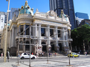 Estruturas de metal são montadas ao redor do Teatro Municipal (Foto: Carolina Lauriano/G1)