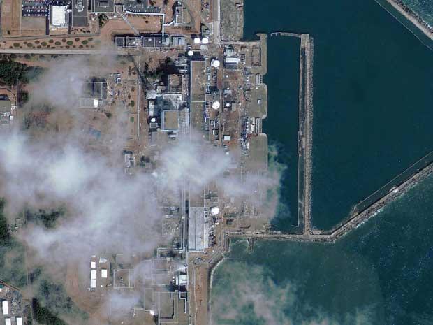 Imagem de satélite de quinta-feira (17) da GeoEye mostra a usina nuclear de Fukushima. (Foto: GeoEye / AP Photo)