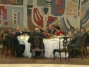Mesa com os convidados da presidente Dilma Rousseff e Barack Obama, no Itamaraty (Foto: Globo News/Reprodução)