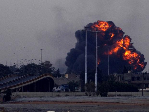 Enorme bola de fogo e fumaça surge após queda do avião em Benghazi. (Foto: Anja Niedringhaus / AP)