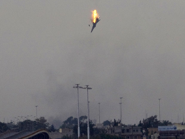 Após bombardeios, avião é abatido em Benghazi, reduto dos rebeldes líbios. (Foto: Anja Niedringhaus / AP)