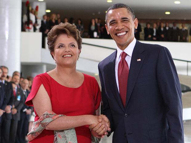 A presidente Dilma Rousseef cumprimenta Barack Obama no Palácio do Planalto (Foto: Agência Estado)