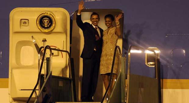 Barack Obama e sua mulher, Michelle, ao embarcar para o Rio de Janeiro neste sábado, após primeiro dia de visita ao Brasil (Foto: Sérgio Amaral/G1)