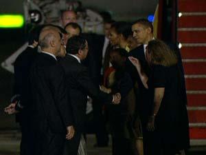 Obama recebe cumprimentos ao desembarcar no Rio (Foto: Reprodução Globo News)