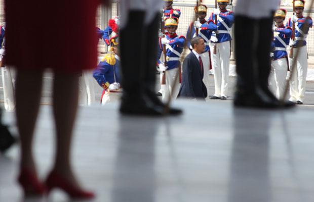 A presidente Dilma (de vermelho) aguarda a chegada do colega Barack Obama ao Palácio do Planalto (Foto: Raquel Aviani / G1)