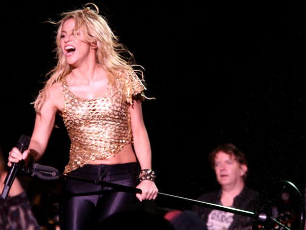 O show de Shakira no estádio do Morumbi neste sábado (19) começou às 20h40, com dez minutos de atraso e sob insistente garoa. A cantora apareceu no palco cantando a música 'Pienso em ti'. (Foto: Daigo Oliva/G1)