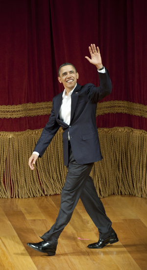 Obama acena ao subir ao palco do Theatro Municipal do Rio para discursar neste domingo (20) (Foto: AP)