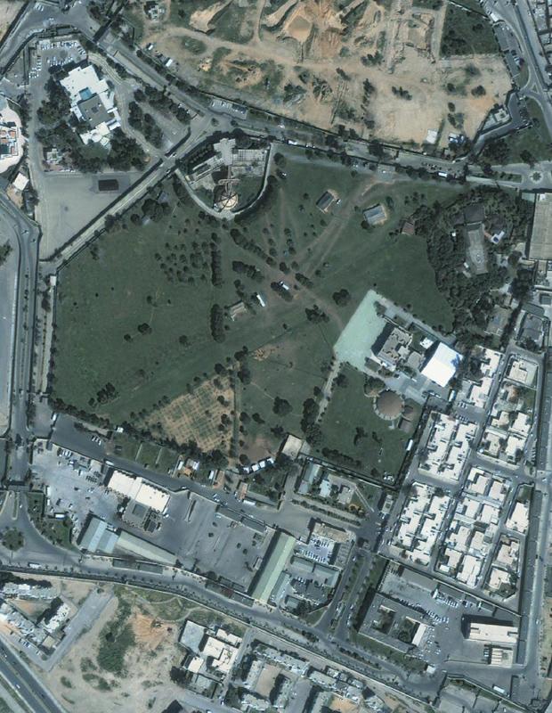 Imagem de satélite, tomada em 7 de março, mostra o complexo residencial de Kadhafi em Trípoli. A foto foi cedida pela GeoEye. (Foto: AP)