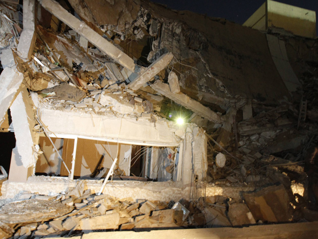 Destroços do prédio destruído no complexo residencial de Muammar Kadhafi, em Trípoli, neste domingo (20), supostamente por um míssil das forças aliadas. (Foto: Reuters)