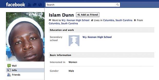 Islam Dunn usava celular para poder atualizar sua página no Facebook. (Foto: AP)
