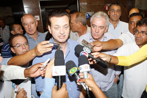 O prefeito Gilberto Kassab dá entrevista em Salvador, ao lado do vice-governador da Bahia, Otto Alencar (Foto: Lucio Tavora / A Tarde / Ag. Estado)