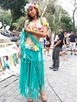Mulher Bambu está na Cinelândia (Foto: Rodrigo Gorosito/G1)