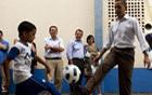 Obama bate bola e vê show de capoeira (Shana Reis/Governo do Rio)