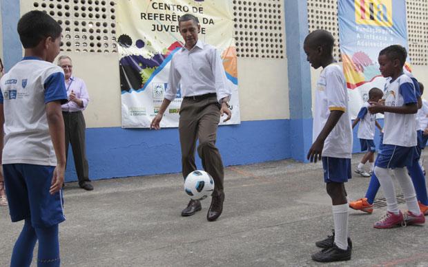 Obama tenta fazer embaixadinhas com as crianças da Cidade de Deus (Foto: AP)