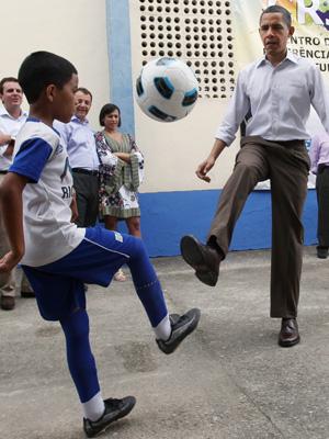 obama futebol cidade de Deus (Foto: Reuters)