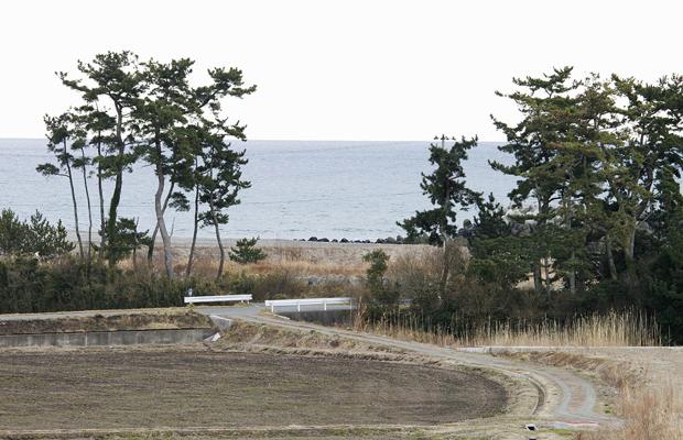 fotos tiradas em 11 de março e divulgada pelo pesquisador Sadatsugu Tomisawa mostra a chegada do tsunami em praia no distrito de Odaka, em Minamisoma, na prefeitura japonesa de Fukushima. Elas mostram a praia antes do tsunami... (Foto: AP Photo/Sadatsugu Tomisawa)